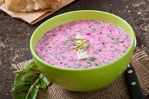 Kalte suppe mit rote beete und joghurt