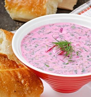 Kalte suppe mit rote-bete-wurzeln und joghurt