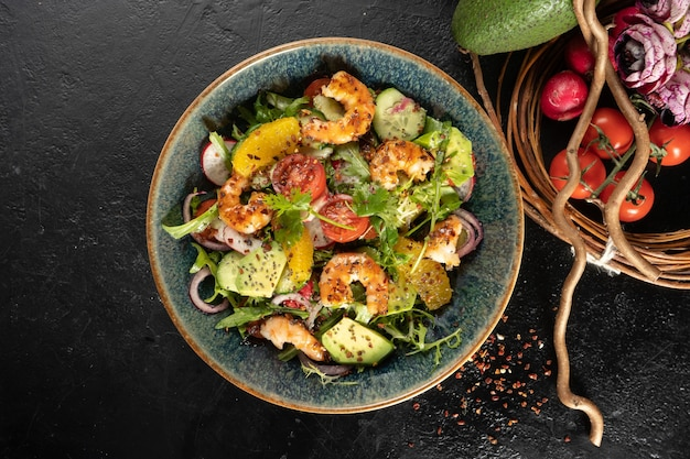 Kalte vegetarische vorspeise mit rucola, meeresfrüchten, radieschen, avocado, zitrusfrüchten, zwiebeln, gurken und salatdressing