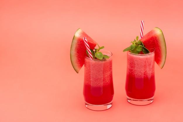 Kalte wassermelonen-fruchtsaft-smoothies
