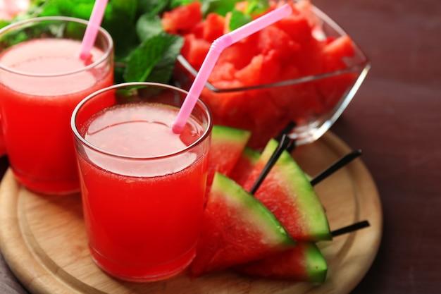 Kalte wassermelonendrinks in gläsern auf holztisch