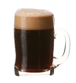 Kalter becher dunkles bier mit dem schaum lokalisiert auf weißem hintergrund