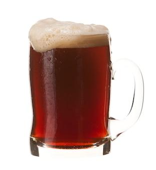 Kalter becher rotes bier mit dem schaum lokalisiert auf weißem hintergrund