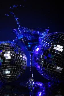 Kalter blauer cocktail mit discokugel