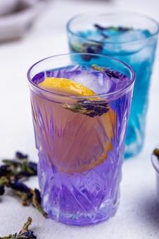 Kalter blauer und lila tee schmetterlingserbse