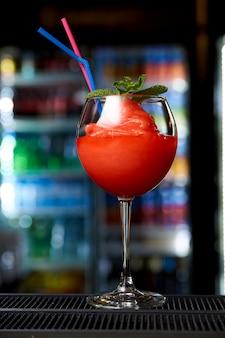 Kalter cocktail an der bar in einem nachtclub.