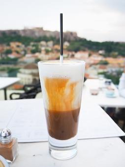 Kalter kaffee mit blick auf die akropolis. athen, griechenland.