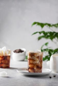 Kalter kaffee mit eis und sahne, selektives fokusbild