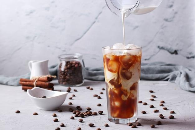 Kalter kaffee mit milch