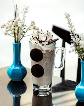 Kalter kaffee mit oreo-keksen