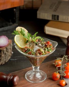 Kalter mangalsalat mit zitronenscheibe