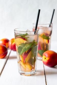 Kalter pfirsich-tee mit minze. kalte getränke. gesundes essen. vegetarisches essen.