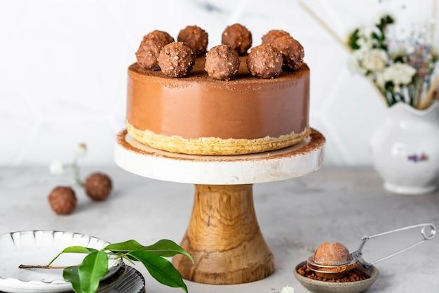 Kalter roher schokoladenkäsekuchen mit trüffel und kakaopulver