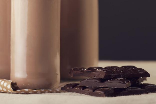 Kalter schokoladenmilchshake im hohen glas mit eis