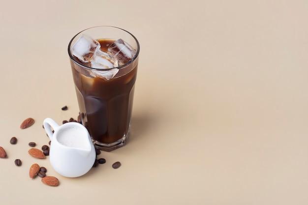 Kalter schwarzer eiskaffee mit mandelmilch