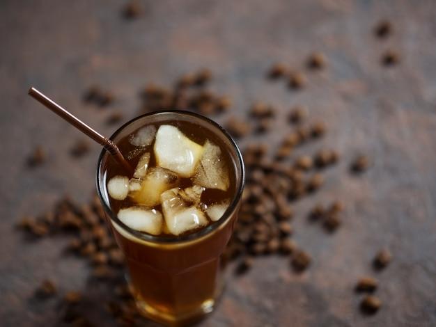 Kalter selbst gemachter kaffee mit zerquetschtem eis in einem glas