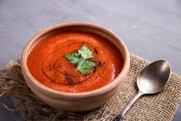 Kalter sommerteller der tomaten gazpacho suppe