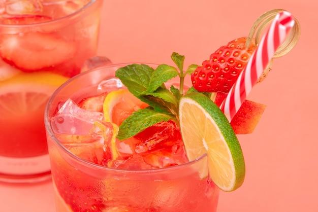 Kalter süß-saurer erdbeerlimonadensaft trinkt in den gläsern