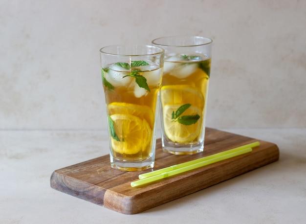 Kalter tee mit zitrone und minze. ein sommergetränk. gesundes essen. vegetarisches essen. diät.