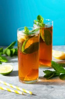 Kalter tee, sommerliches erfrischungsgetränk mit minze und limette.