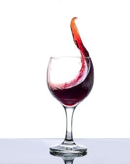 Kalter trockener roter wein in einem glas auf weißem hintergrund