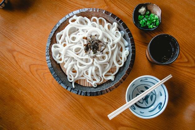 Kalter udon mit frühlingszwiebeln und wasibi.