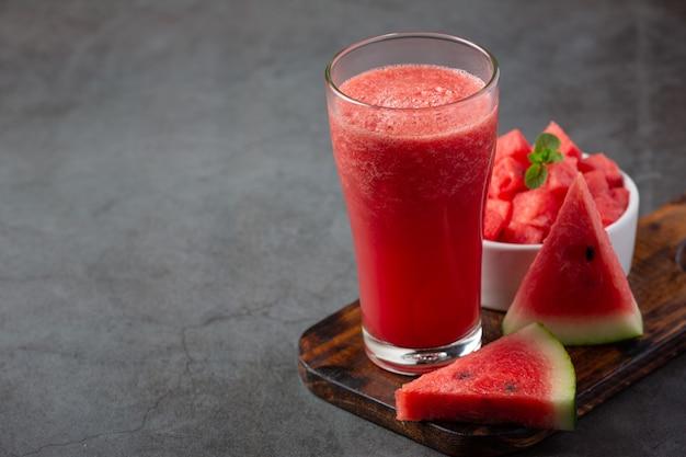Kalter wassermelonen-smoothie auf dunklem hintergrund