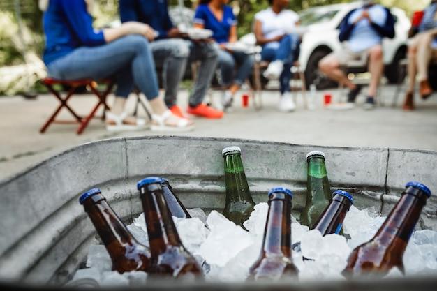 Kaltes bier in einem eimer mit eis