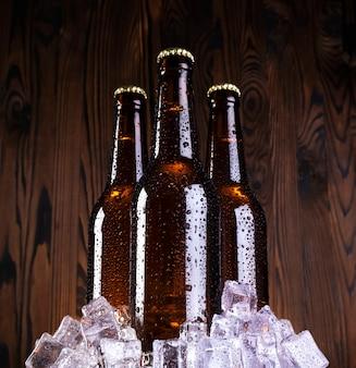 Kaltes bier mit wassertropfen