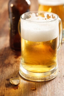 Kaltes bierglas an der bar oder am pub-schreibtisch