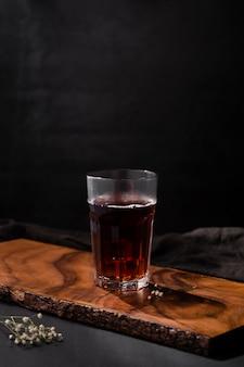Kaltes cocktail mit kopienraum