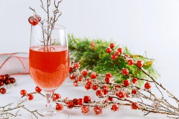 Kaltes cranberry-getränk für weihnachten oder neujahr. urlaubsgetränk.