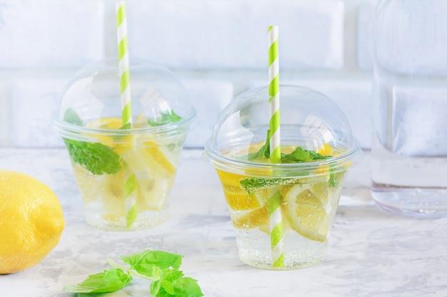Kaltes erfrischungswasser mit zitrone und minzblatt