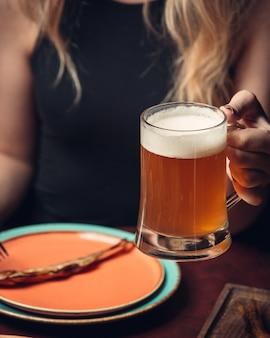 Kaltes gefiltertes bier mit schaum
