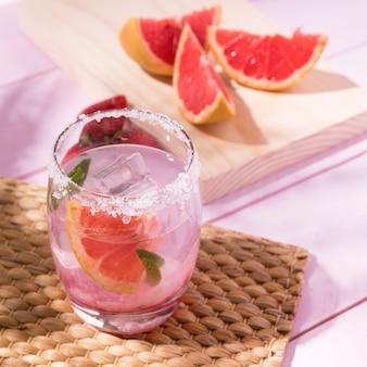 Kaltes getränk aus grapefruit und erdbeere