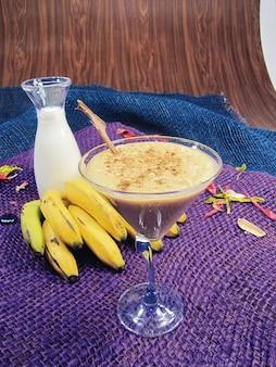 Kaltes getränk der banane und des zimts