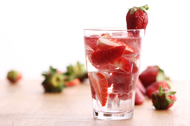 Kaltes getränk mit erdbeeren
