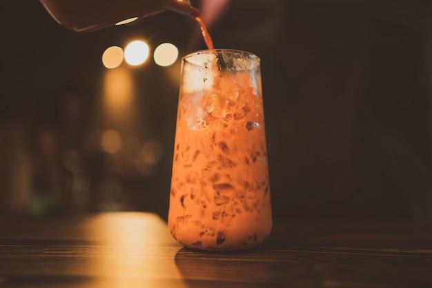 Kaltes getränk mit weißem milchtee gesundes getränk, erfrischung mit frischem eis, asiatischer lebensmittelhintergrund von köstlichem braunem süßem lecker im sommer