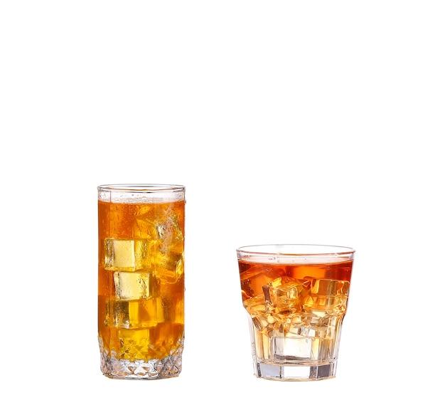 Kaltes glas eistee mit eiswürfeln, lokalisiert auf weißem hintergrund mit beschneidungspfad
