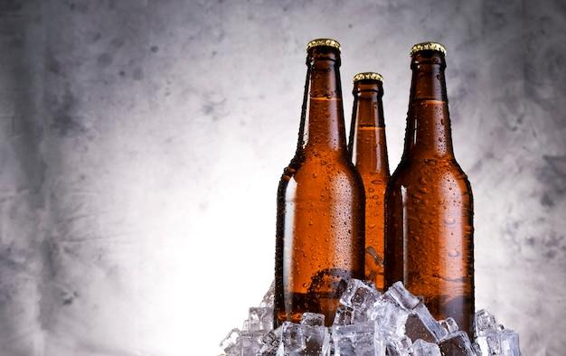 Kaltes leichtes bier mit wassertropfen