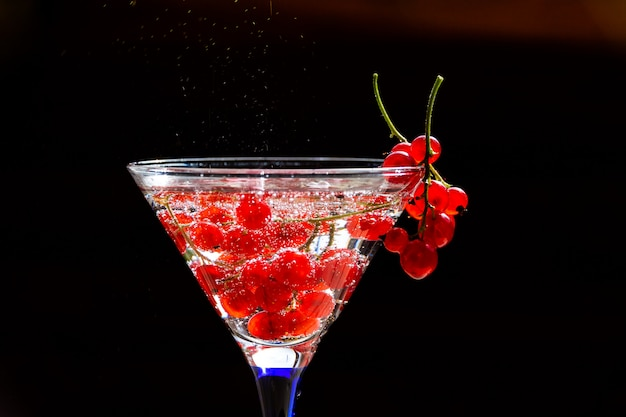 Kaltes rotes cocktail mit roter johannisbeere