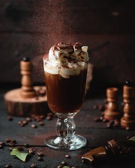 Kaltes schokoladencocktail mit eiscreme