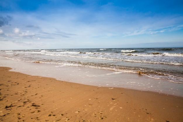 Kaltes sommerwetter an der ostsee mit vielen wellen durch starke winde, die ostsee ist im sommer kalt