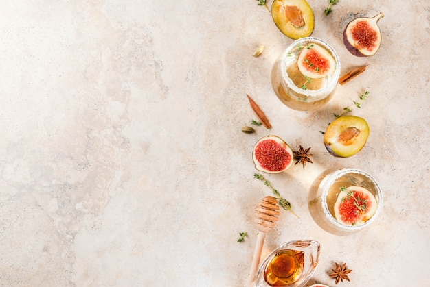 Kaltes süßes weißweincocktail des falles mit feige, pflaume, honig und thymian, kopienraum