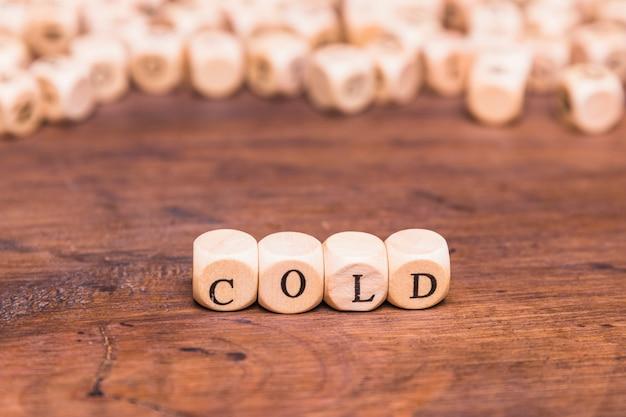 Kaltes wort mit hölzernen würfeln angeordnet