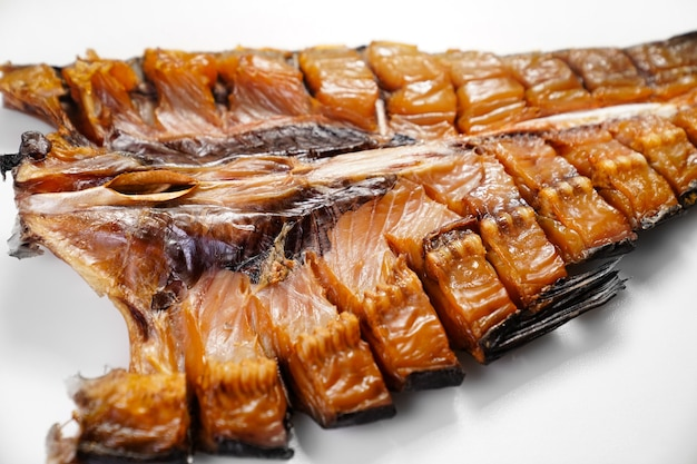 Kaltgeräucherter silberner karpfenfisch auf weißem hintergrund. salzige snacks zu bier. fisch-delikatessen. räucherei zu hause. fischladen.