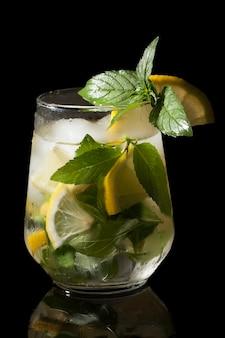 Kaltgetränk mojito, minze, zitrone und eis in einem transparenten glas