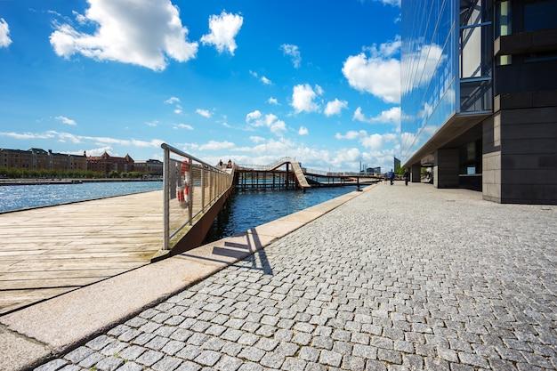 Kalvebod-brückenpark in der nähe von fluss und modernes büro in kopenhagen, dänemark, skandinavien