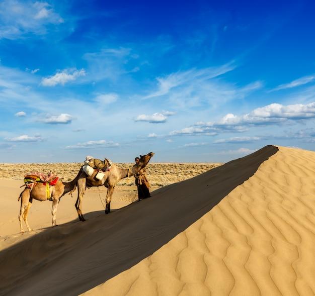 Kameltreiber (kameltreiber) mit kamelen in den dünen der wüste thar. raj