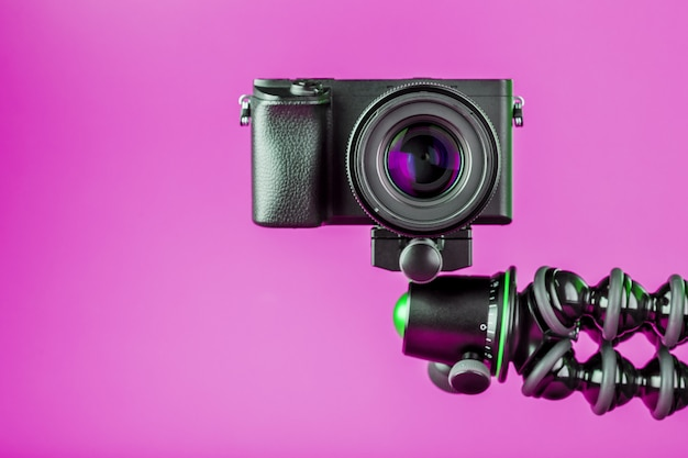 Kamera auf einem iphone hintergrund. nehmen sie videos und fotos für ihr blog oder ihren bericht auf.